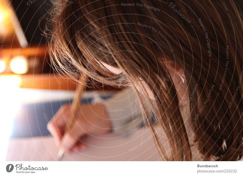 schön schreiben! Mensch Kind Hand Mädchen feminin Haare & Frisuren Kopf Papier lernen Kindheit Schule machen Schreibstift Bildung brünett