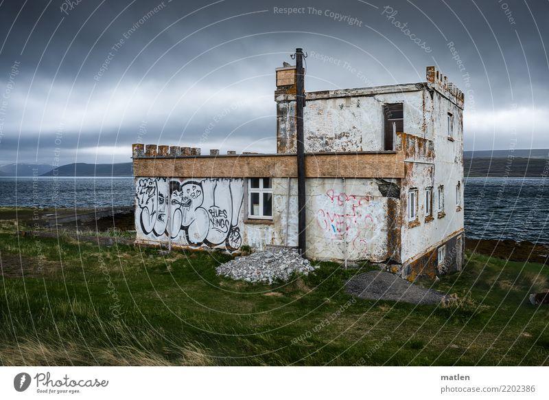 Altes Gutshaus am Fjord Natur Landschaft Pflanze Wolken Horizont Frühling Schönes Wetter Wind Gras Wiese Küste Meer Burg oder Schloss Ruine Gebäude alt Island