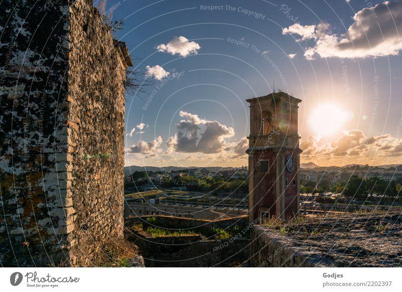 Turmuhr Himmel Ferien & Urlaub & Reisen Sommer Sonne Wolken Berge u. Gebirge Architektur Religion & Glaube Wand Gras Gebäude Mauer Tourismus leuchten träumen