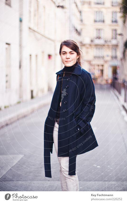 raus ausm wald, rinn in die großstadt ;) Mensch Jugendliche schön Stadt Haus Straße Leben feminin Stil Fenster Mode Erwachsene elegant Fassade