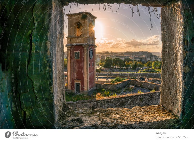 Blick auf den Clock Tower des Old Venetian Fortress II Himmel Wolken Sonne Sonnenlicht Sommer Schönes Wetter Baum Gras Sträucher Moos Berge u. Gebirge Kérkira