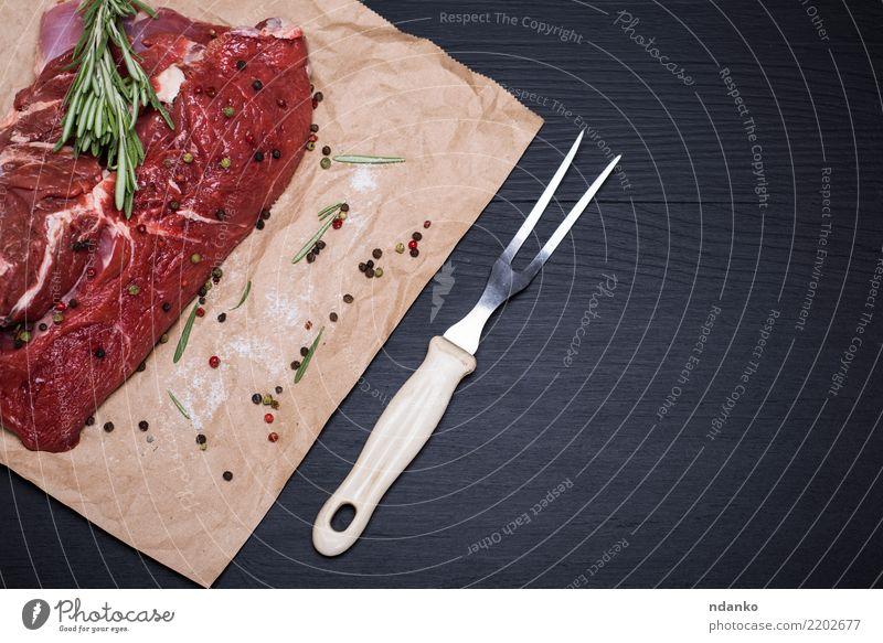Stück rohes Rindfleisch grün rot schwarz Essen Holz frisch Tisch Papier Kräuter & Gewürze Küche Abendessen Fleisch Mahlzeit Blut geschnitten