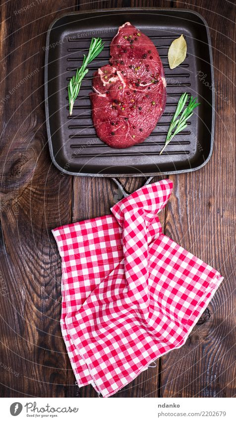 rohes Rindersteak mit Gewürzen Fleisch Abendessen Pfanne Tisch Küche Holz frisch oben braun rot schwarz Mahlzeit Barbecue Rindfleisch hacken organisch Grillrost