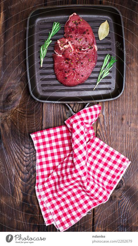 rohes Rindersteak mit Gewürzen rot schwarz Holz braun oben frisch Tisch Küche Abendessen Fleisch Mahlzeit Essen zubereiten Blut geschnitten Zutaten