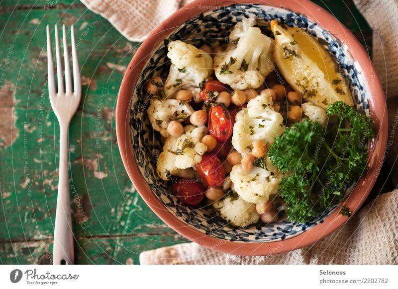 Mittagspause Lebensmittel Gemüse Blumenkohl Kichererbsen Zitrone Cherrytomaten Tomate Petersilie Ernährung Essen Bioprodukte Vegetarische Ernährung Diät Fasten