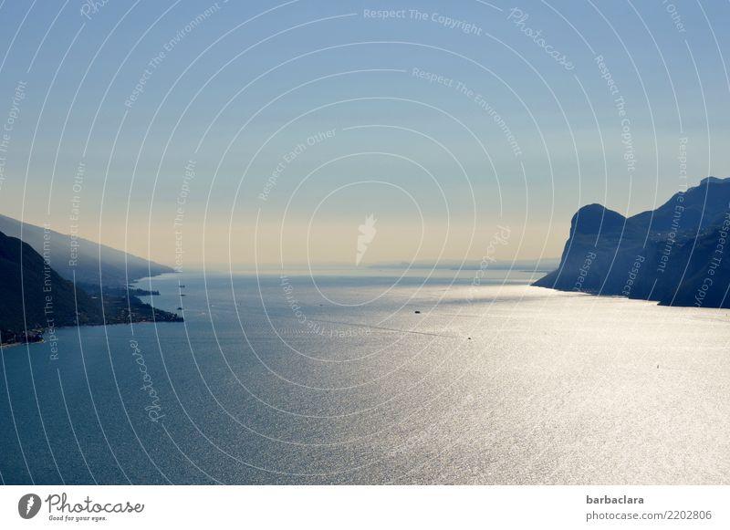 Sanft schimmert der See Himmel Natur Ferien & Urlaub & Reisen blau Wasser Landschaft Erholung ruhig Ferne Stimmung Felsen Wasserfahrzeug hell Zufriedenheit