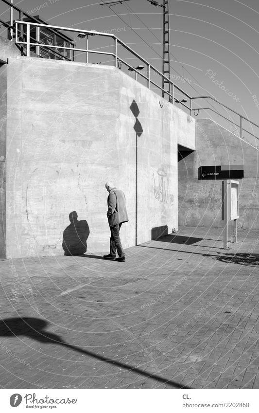 zu den zügen Mensch maskulin Mann Erwachsene Senior Leben 1 45-60 Jahre Himmel Schönes Wetter Platz Mauer Wand Treppe Verkehr Verkehrsmittel Verkehrswege