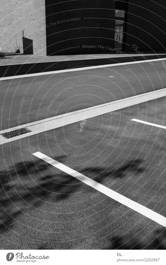 linien Schönes Wetter Menschenleer Haus Mauer Wand Verkehr Verkehrswege Straßenverkehr Wege & Pfade Gully Linie ästhetisch eckig komplex Ordnung Perspektive