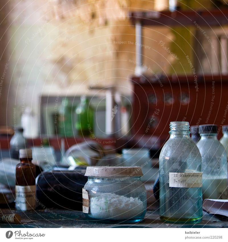 Molekularküche blau rot Glas Glas Schriftzeichen Industrie Küche Hinweisschild Vergänglichkeit Flüssigkeit Vergangenheit Wissenschaften Verfall Flasche chaotisch Dose