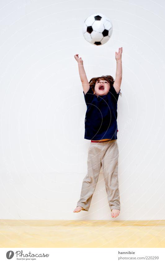 Hurra! Freude Spielen Fußball Mensch Kind Junge 1 3-8 Jahre Kindheit springen toben blau gelb weiß hüpfen werfen Barfuß lachen schreien Ausgelassenheit strecken