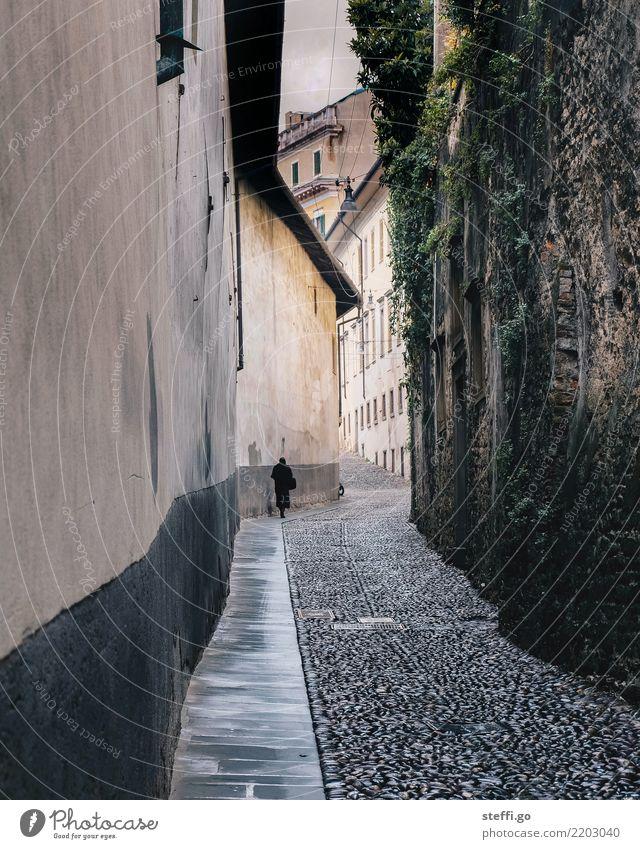 Schattengestalt Frau Mensch Stadt Einsamkeit Erwachsene Straße Leben Architektur Religion & Glaube Senior Wege & Pfade feminin Vergänglichkeit Italien