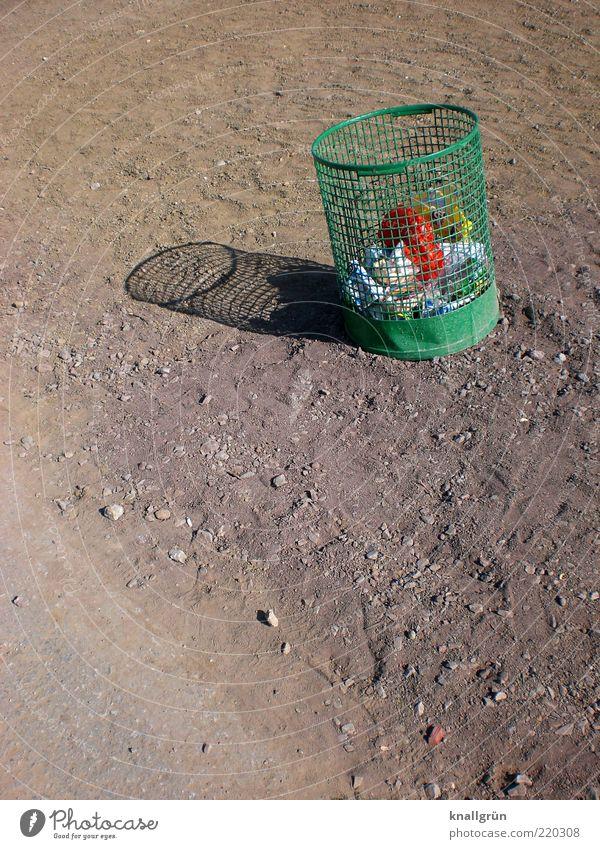 Füttern erlaubt! Papierkorb Müllbehälter stehen dreckig rund braun grün Verantwortung achtsam standhaft Reinlichkeit Sauberkeit nachhaltig Umwelt Umweltschutz