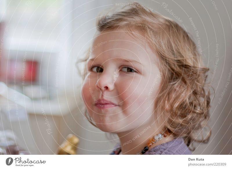 Frohlocken Mensch Kind Mädchen Freude Ernährung feminin Gefühle Glück Denken blond Essen frisch Fröhlichkeit Häusliches Leben Neugier Kindheit