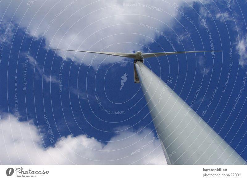 Windgigant Wolken Landschaft Industrie Energiewirtschaft Elektrizität Windkraftanlage alternativ