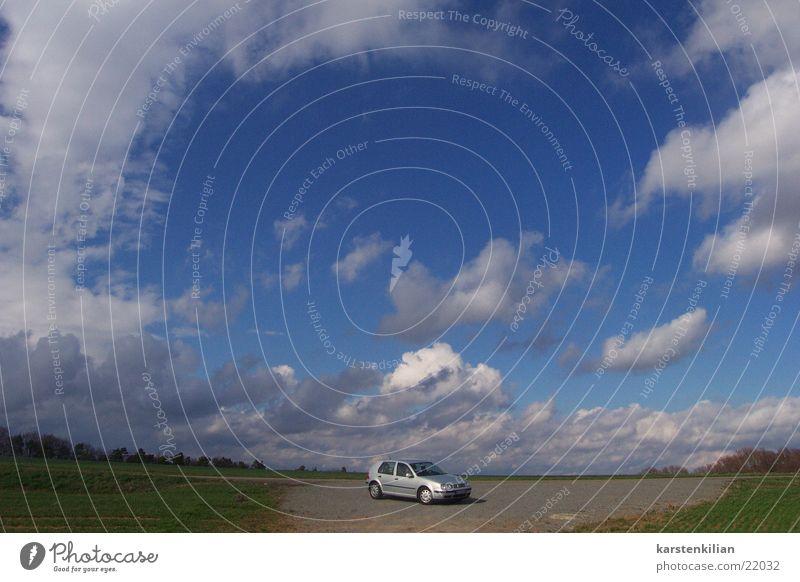 Fahrende Giganten PKW Wolken Himmel klein halbwegs Verkehr Firmament