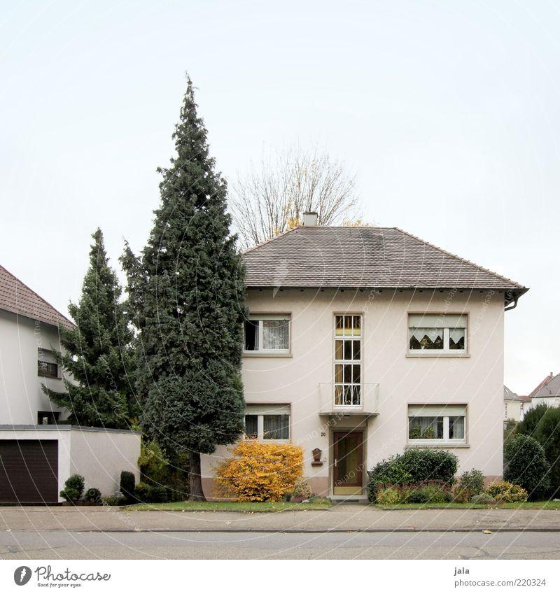 wohngegend Himmel Baum Pflanze Haus Fenster Architektur Garten Gebäude Tür Fassade Sträucher Dach Bauwerk Balkon Wohnsiedlung