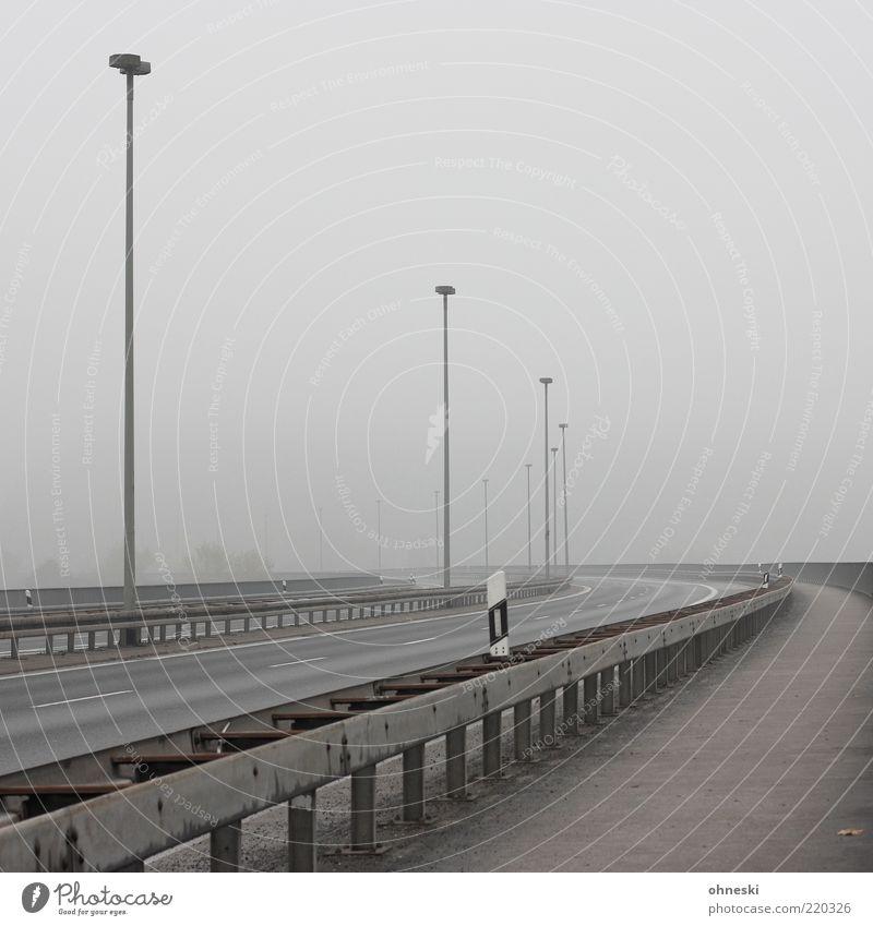 Freie Fahrt ins Wochenende? Ferien & Urlaub & Reisen Einsamkeit Straße grau Nebel Verkehr leer Perspektive Klima Autobahn Verkehrswege Straßenbeleuchtung Smog Straßenrand Morgen Nebelstimmung