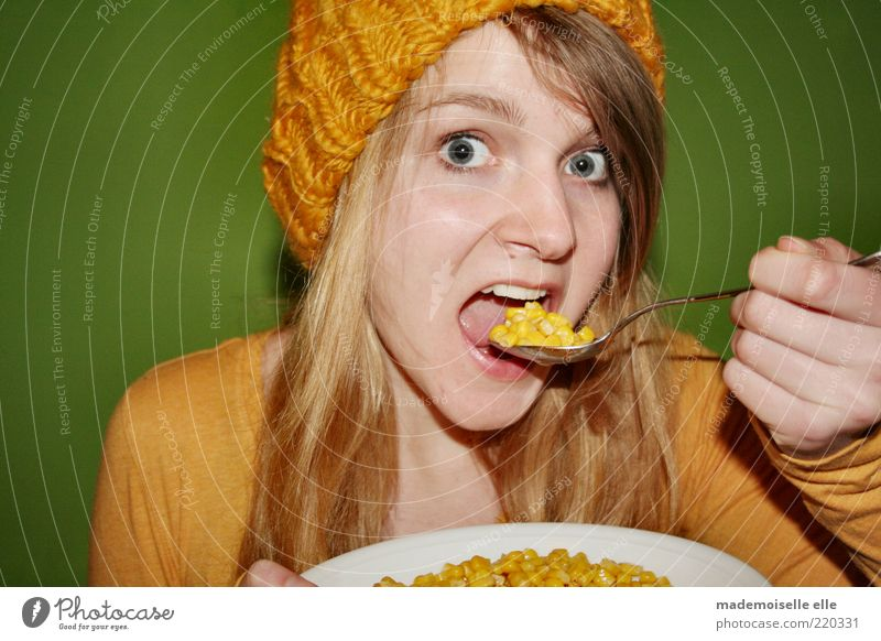 Mais oui! Jugendliche grün Freude Gesicht gelb feminin Junge Frau Haare & Frisuren Kopf Essen Gesundheit blond Zufriedenheit Haut Lebensmittel frisch