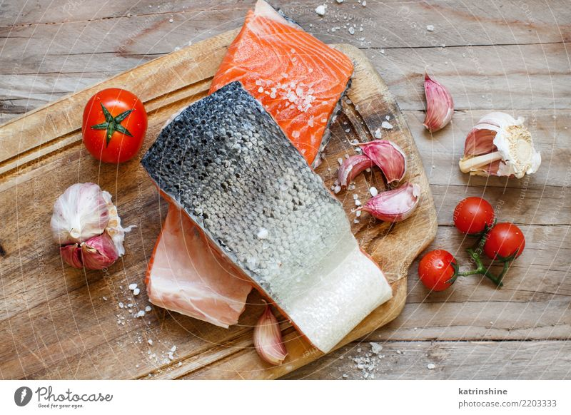 Frische rohe Lachse und Gemüse auf einem hölzernen Schneidebrett rot Essen oben Ernährung frisch Tisch Fisch Kräuter & Gewürze Abendessen Mahlzeit Diät