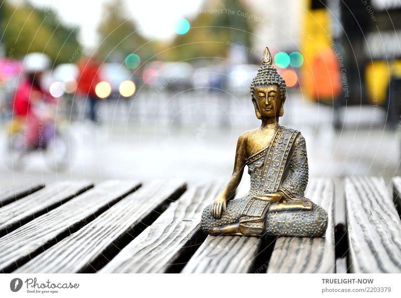 Goldener Buddha meditiert auf Verkehrsinsel in Berlin Meditation Kultur Stadtzentrum Fußgängerzone bevölkert Marktplatz Straßenverkehr Busfahren Fahrradfahren