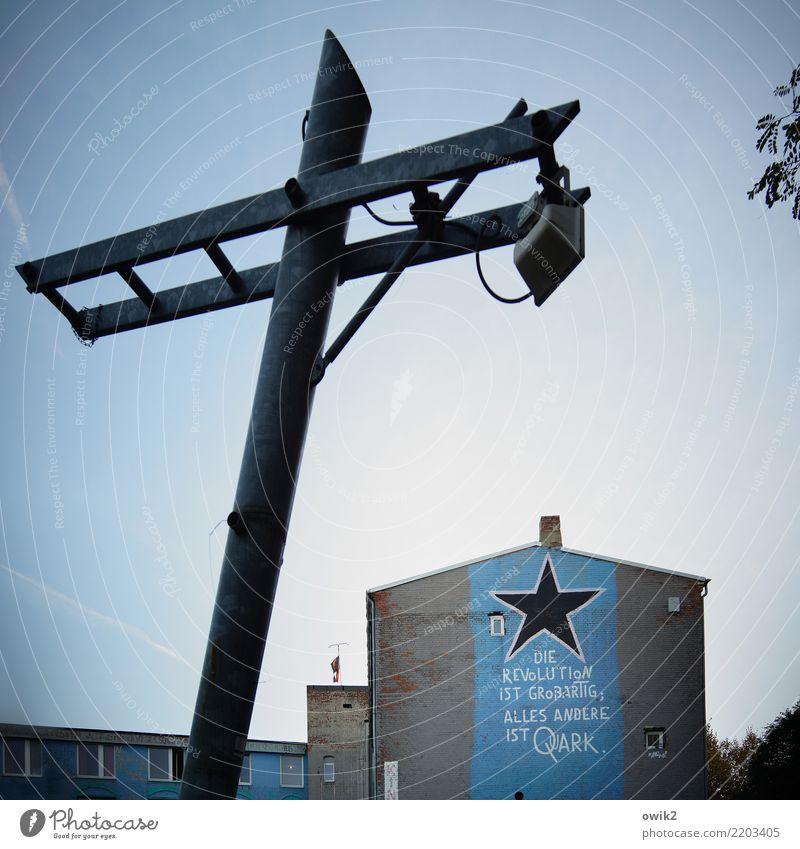 Quarkfreie Zone Wolkenloser Himmel Haus Gebäude Gestell Scheinwerfer Mauer Wand Fassade Fenster Schornstein Schriftzeichen Stern (Symbol) Parole blau schwarz