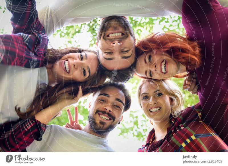 Gruppe junge Leute zusammen draußen im städtischen Hintergrund. Frau Mann schön Freude Erwachsene Straße Lifestyle Herbst lachen Glück Menschengruppe