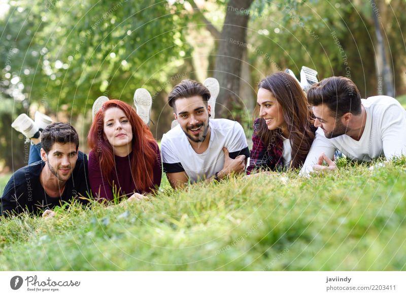 Gruppe junge Leute zusammen draußen im städtischen Park Frau Mann Sommer schön Freude Erwachsene Straße Lifestyle Herbst Frühling lachen Glück Menschengruppe