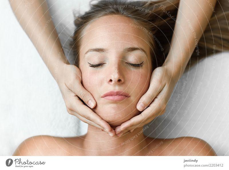 Junge blonde Frau, die eine Kopfmassage in einer Badekurortmitte empfängt Mensch schön Hand Erholung Gesicht Erwachsene Lifestyle Gesundheitswesen Glück Haut