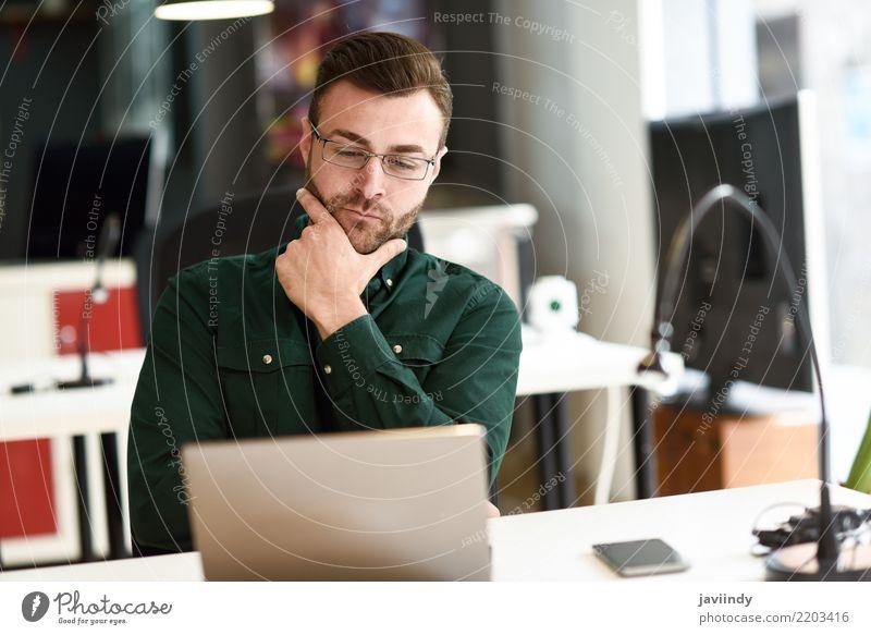 Mensch Mann Erwachsene Lifestyle Business Schule Arbeit & Erwerbstätigkeit modern Technik & Technologie sitzen Lächeln Computer lernen Studium Notebook online