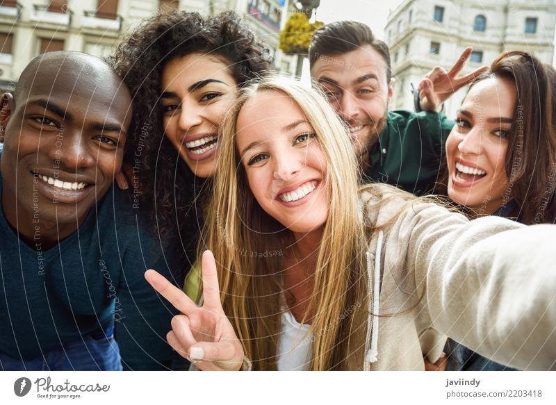 Multirassische Gruppe von Freunden, die Selfie in einer städtischen Straße nehmen. Lifestyle Freude Freizeit & Hobby Ferien & Urlaub & Reisen Mensch Frau