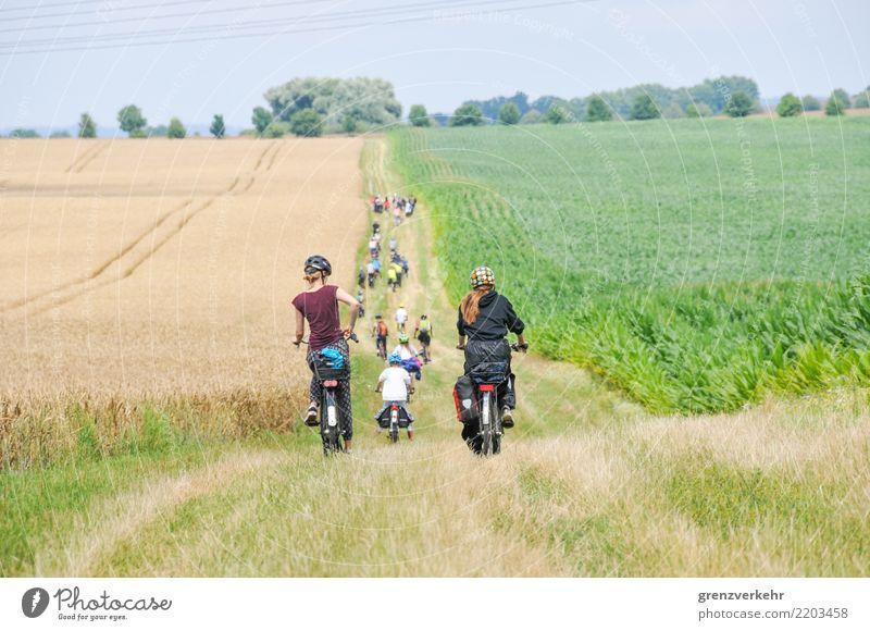 Fahrradtour Fahrradfahren Ferien & Urlaub & Reisen Jugendliche Menschengruppe Fahrradweg Feld Fußweg Fahrradhelm Kindergruppe abwärts Jugendcamp Ferienfreizeit