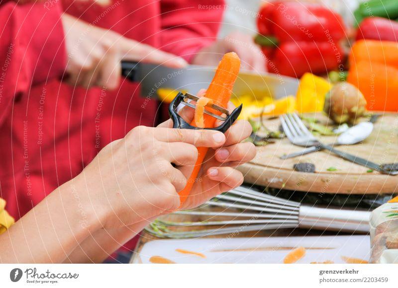 Kollektivkochen Kind Jugendliche Gesunde Ernährung Hand Gemüse Teamwork Essen zubereiten Schneidebrett geschnitten Möhre Paprika häuten
