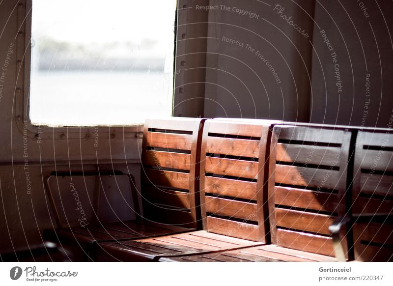 Auf der Fähre Schifffahrt An Bord braun Sitzgelegenheit Bank Farbfoto Licht Schatten Sonnenlicht Holz Holzbank Menschenleer Unschärfe Tag