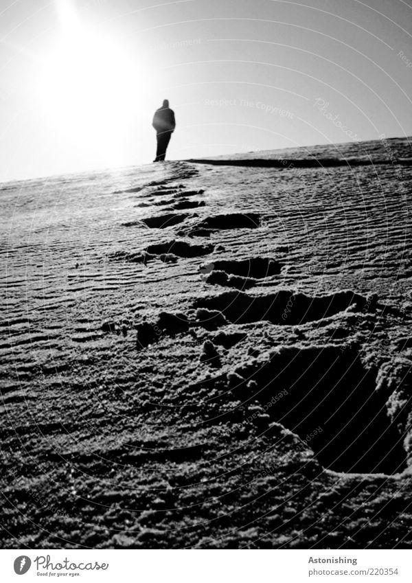 Spurensuche Mensch maskulin Mann Erwachsene 1 Umwelt Natur Landschaft Himmel Winter Wetter Schnee Hügel gehen kalt grau schwarz weiß Schneespur Schatten Pulver