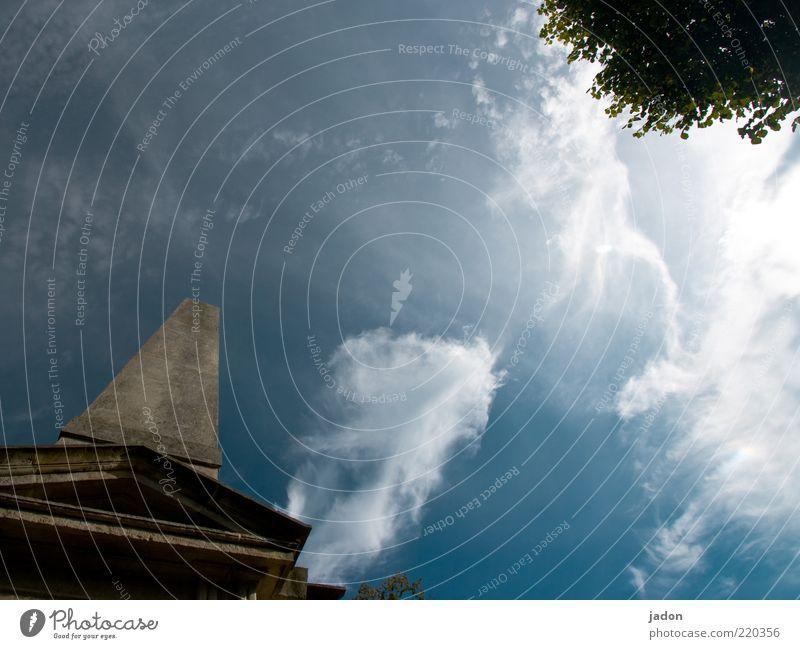 nach oben zeigend. Himmel weiß blau Wolken Stein Architektur dünn aufwärts vertikal Froschperspektive Wolkenhimmel Stele himmelwärts Monolith Wolkenfetzen
