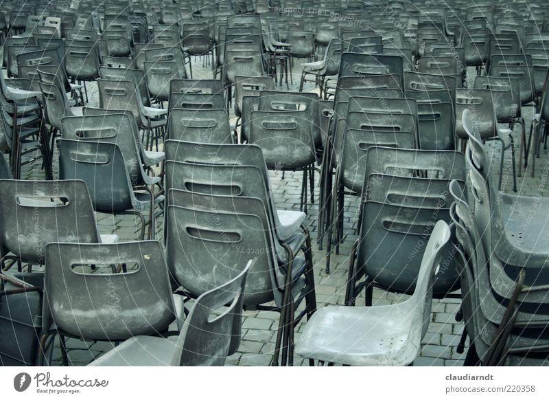 Reise nach Jerusalem Stuhl Platz Petersplatz Rom Vatikan Stapel Plastikstuhl grau trist viele gleich einheitlich durcheinander Sitzgelegenheit Sitzreihe Reihe