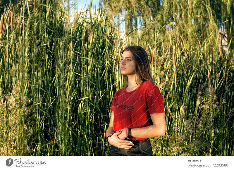 Mensch Ferien & Urlaub & Reisen Jugendliche Junge Frau grün Sonne rot dunkel 18-30 Jahre Erwachsene Lifestyle Gesundheit feminin außergewöhnlich Tourismus