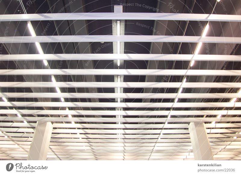 Deckenleuchten Wandverkleidung Neonlicht Jalousie Architektur Säule Betondecke Maske