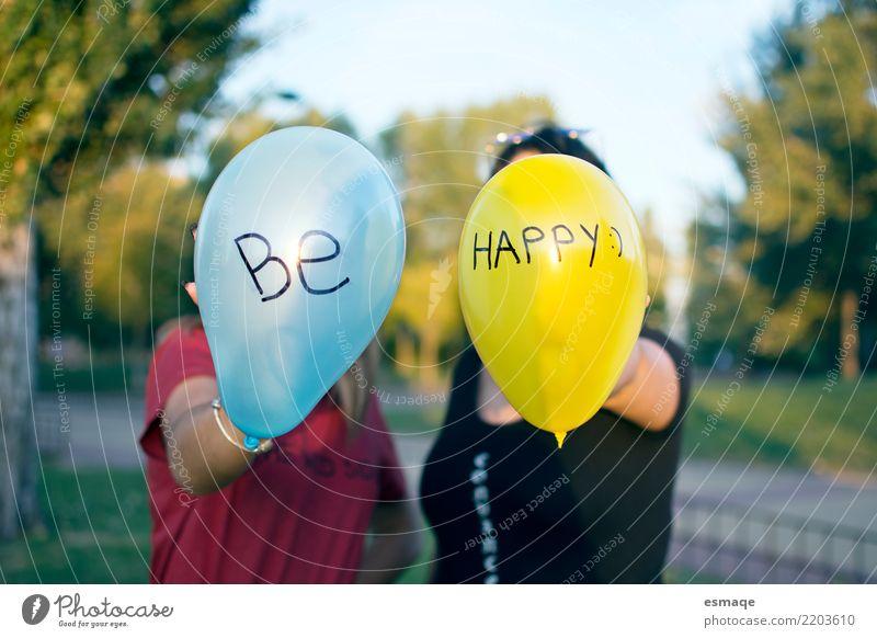 Mensch Jugendliche blau Freude Mädchen 18-30 Jahre Erwachsene Leben gelb Lifestyle natürlich lachen außergewöhnlich Party Paar Zusammensein