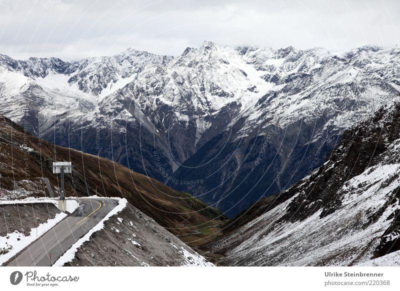 Scharfe Ecke ruhig Winter Schnee Berge u. Gebirge Landschaft Alpen Gipfel Straße hoch Einsamkeit Kurve Pass Neuschnee Tal Sölden Ötztal Aussicht Österreich