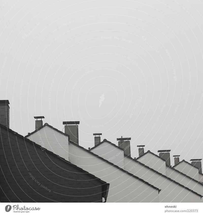 Nachbarschaft weiß schwarz Haus grau Gebäude trist Dach Reihe Bauwerk Schornstein gleich Einfamilienhaus nebeneinander hintereinander