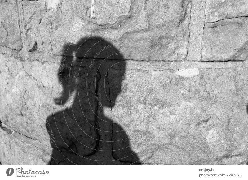 Mauerwerk feminin Junge Frau Jugendliche Kopf 1 Mensch Traurigkeit Sorge Trauer Tod Liebeskummer Schmerz Sehnsucht Enttäuschung Einsamkeit Angst Zukunftsangst