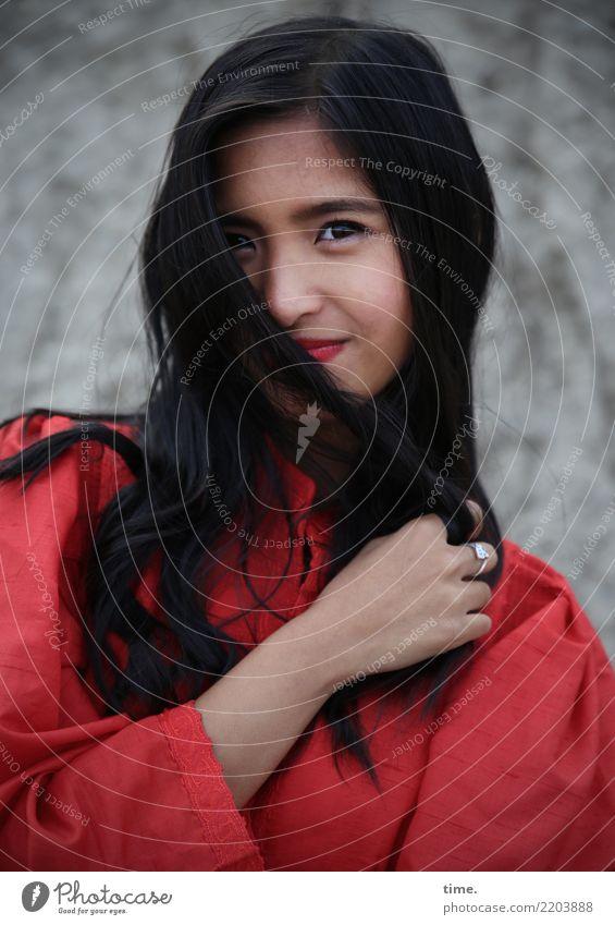 . Frau Mensch schön rot Freude Erwachsene Leben feminin Zeit grau Felsen Zufriedenheit Lächeln Fröhlichkeit Lebensfreude beobachten