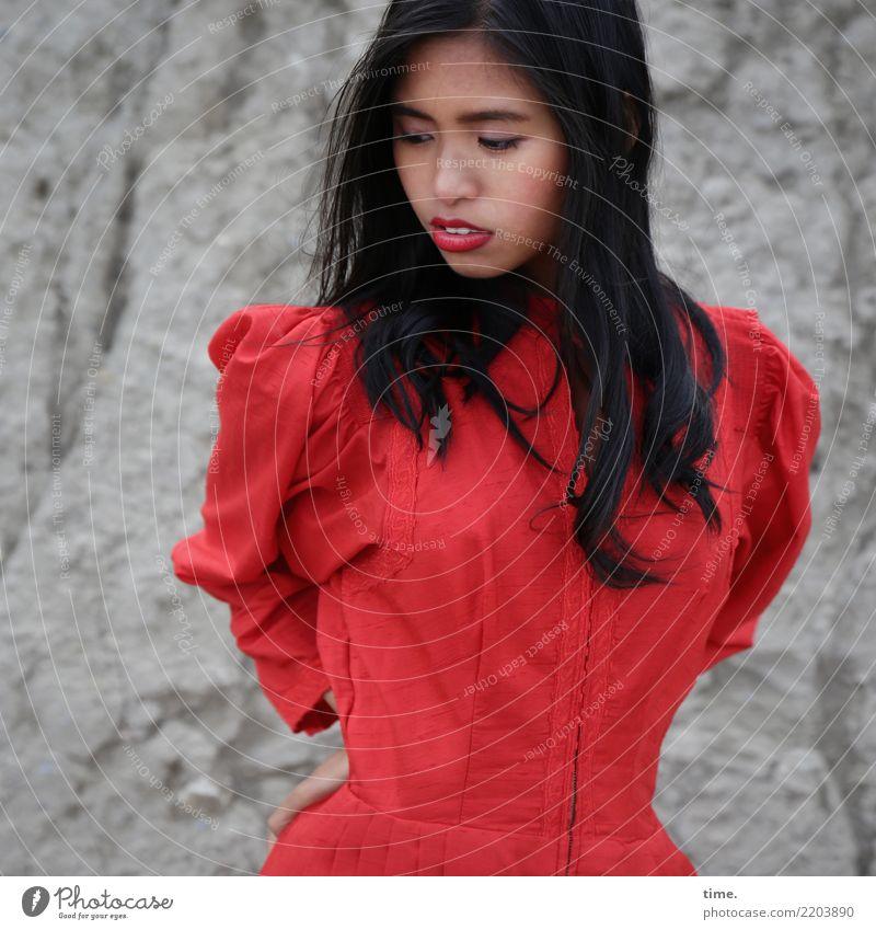 . Frau Mensch schön Erwachsene Leben feminin Bewegung Stein Felsen ästhetisch stehen beobachten Neugier festhalten Kleid Konzentration