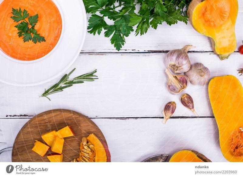 Kürbissuppe in einer weißen Platte Gemüse Suppe Eintopf Kräuter & Gewürze Ernährung Essen Mittagessen Abendessen Bioprodukte Vegetarische Ernährung Diät Teller