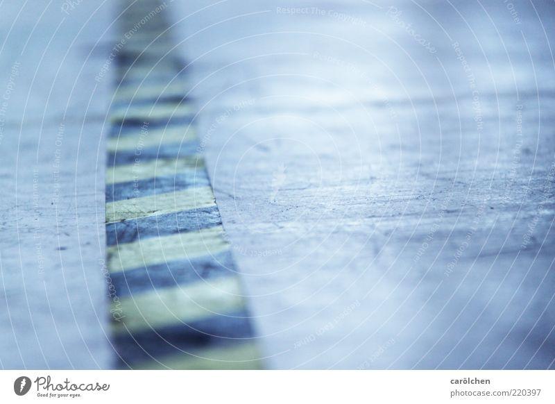 walk the line Menschenleer blau gelb industriell Boden Bodenbelag Beton Barriere Streifen Teilung Klebeband verkratzt schmuddelig dreckig Farbfoto