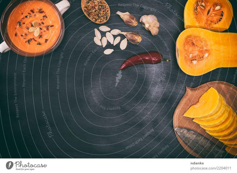 Stücke von frischem Kürbis Natur Speise schwarz Essen gelb Herbst Holz Ernährung Dekoration & Verzierung Tisch Kräuter & Gewürze Küche Gemüse Jahreszeiten Ernte