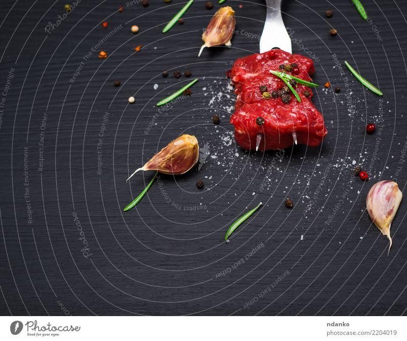 zwei Stücke Rindfleisch aufgereiht Lebensmittel Fleisch Kräuter & Gewürze Abendessen Besteck Gabel Tisch Küche Holz Essen frisch natürlich grün rot schwarz