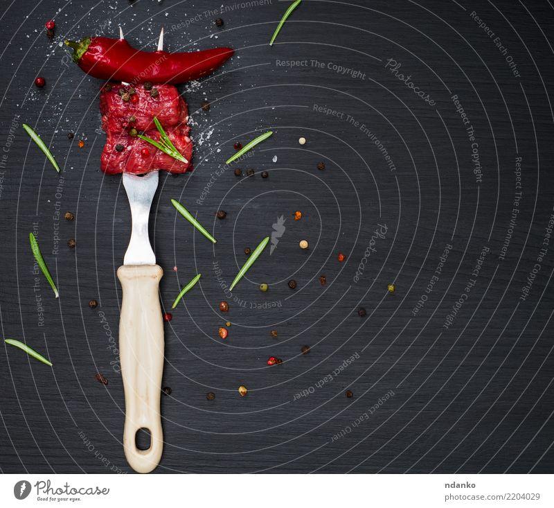 zwei Stücke Rindfleisch Fleisch Kräuter & Gewürze Abendessen Besteck Gabel Tisch Küche Holz Essen frisch natürlich grün rot schwarz Hintergrund Blut Holzplatte