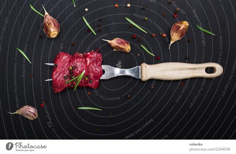rohe Rindfleischscheiben Fleisch Kräuter & Gewürze Abendessen Besteck Gabel Tisch Küche Holz Essen frisch natürlich grün rot schwarz Hintergrund Blut Holzplatte